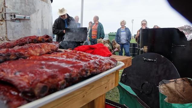 Des gens regardent les morceaux de viande