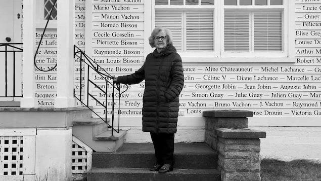 Béatrice Vachon devant sa résidence de Sainte-Marie.