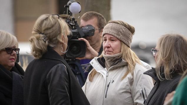 La ministre Andrée Laforest fait face à une sinistrée de Sainte-Marthe-sur-le-Lac, sous l'oeil d'une caméra de télévision.