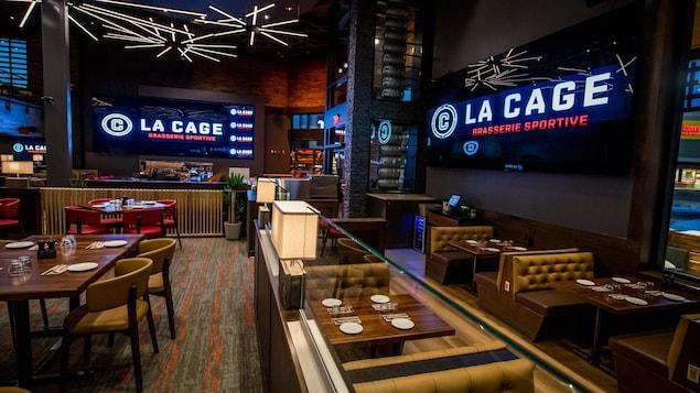 Salle à manger vide d'un restaurant La Cage - Brasserie sportive.