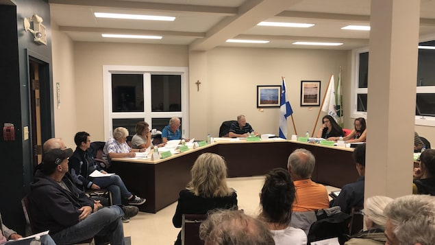 Des gens assis face au conseil municipal de Saint-Léandre