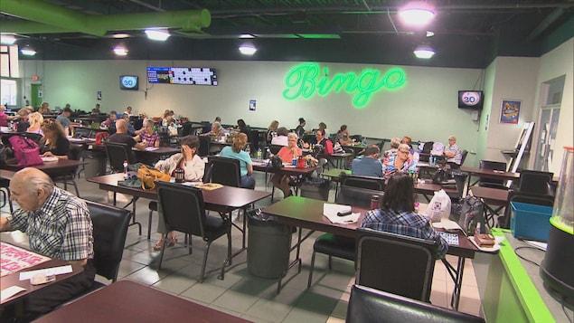 Une salle de bingo.