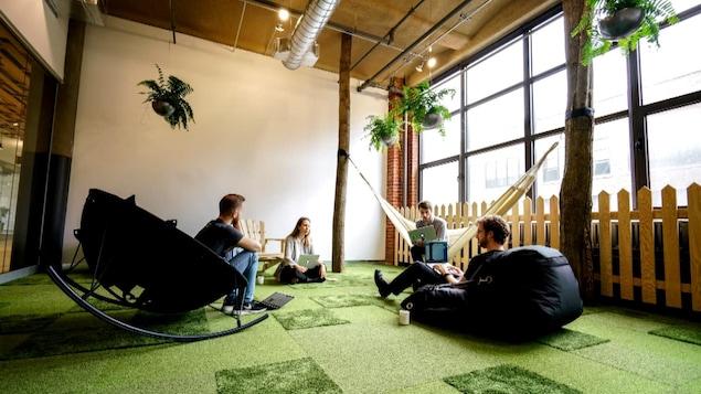 Une salle de repos avec hamac, plantes et tapis vert a été aménagée pour les employés de GSoft à Montréal, une entreprise qui conçoit des logiciels.