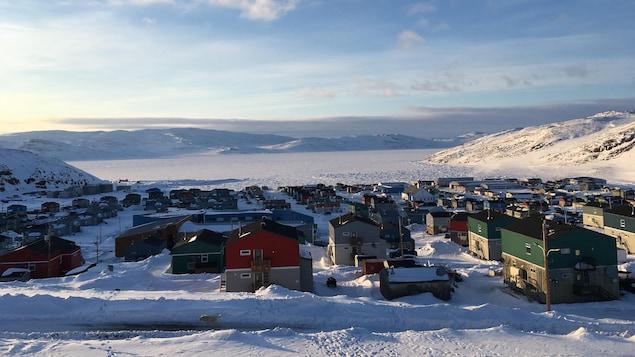 Des maisons sur pilotis à Salluit, au Nunavik