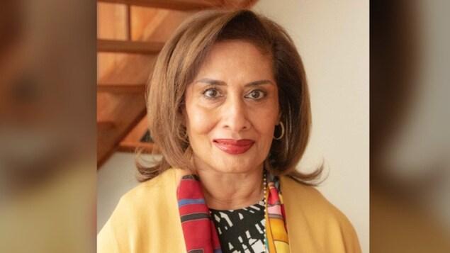 Salma Lakani, de la poitrine à la tête.