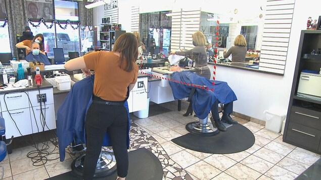 Deux clients dans un salon de coiffure.