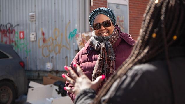 Vanina discute avec Camille, de dos, dans une rue du quartier Saint-Roch.
