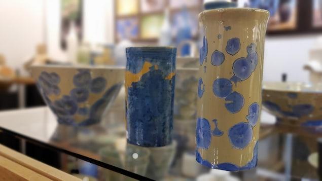 Des vases et un bol en céramique posés sur une tablette.