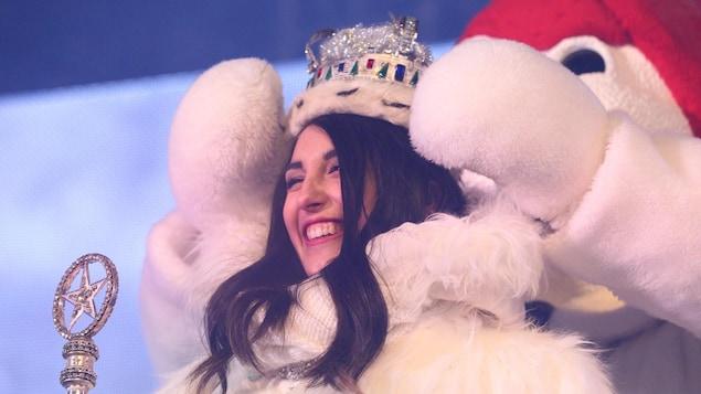 Samantha-Kim Cantin, du duché de Charlesbourg, reçoit sa couronne des mains de Bonhomme Carnaval.