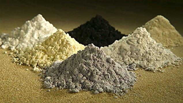 De la poudre de minéraux divisée en six montagnes de couleur différente.