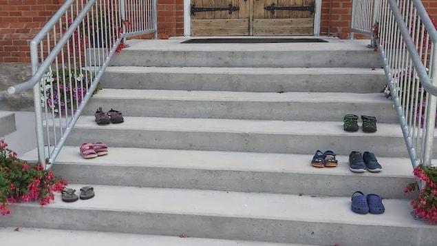 Des chaussures d'enfants sur le porche d'une église.
