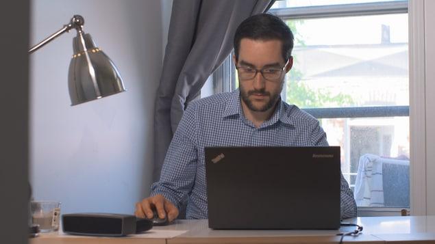 Il travaille à l'ordinateur.
