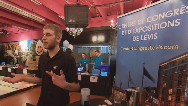 Samuel Pellerin, élève au CFER des Navigateurs, explique son stage au Centre des congrès de Lévis.