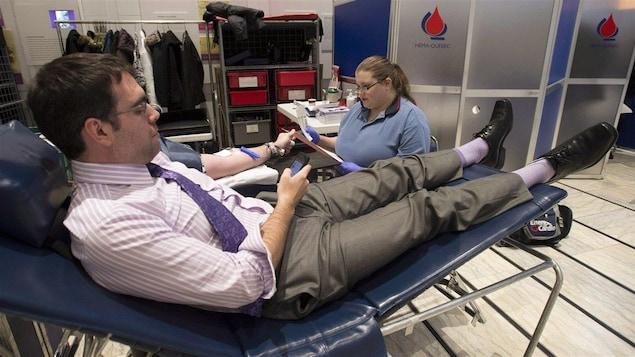 Un homme fait don de son sang.