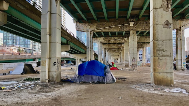 On aperçoit les dernières tentes encore debout dans le campement de « Tent City ».