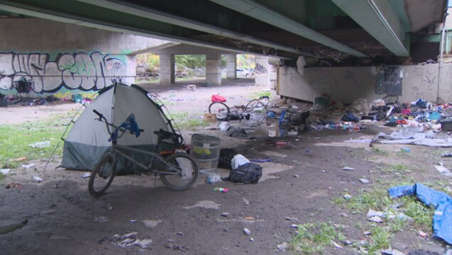 sous un pont de Toronto des tas d'ordures et une tente plantée c'est un endroit où dorment quelques sans-abri.