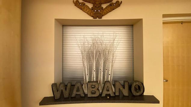 Le mot Wabano écrit en lettres de bois.