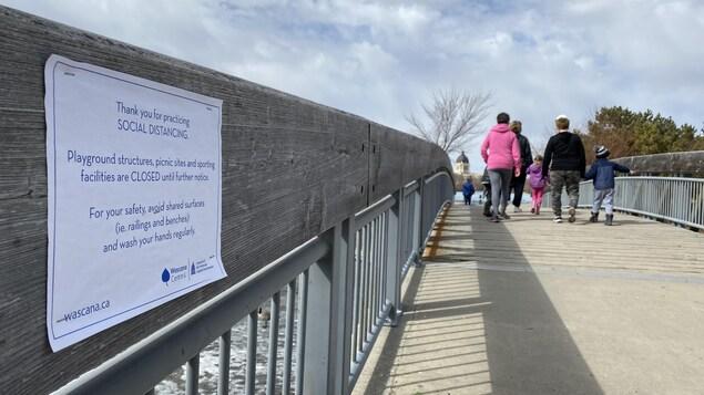 Un message invitant les personnes qui se présentent au parc Wascana de respecter les consignes de distanciation sociale.