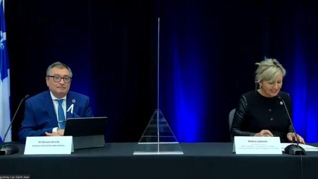 Un homme et une femme à une conférence de presse virtuelle.