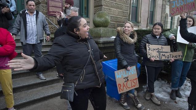 Plusieurs manifestants se sont rassemblés devant le tribunal provincial d'Halifax mercredi pour soutenir Santina Rao dans sa cause.