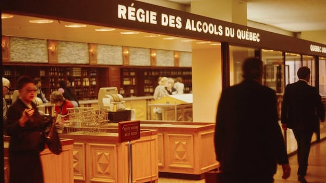 Des gens circulent devant une succursale de la Régie des alcools en 1973.