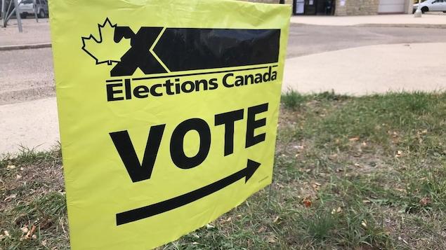 Un panneau indiquant un bureau de vote.