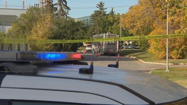 Des voitures de police forment un périmètre de sécurité sur le campus de l'Université de la Saskatchewan.