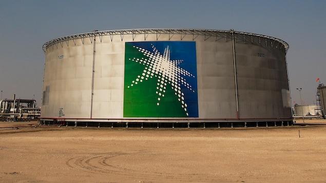 Des réservoirs de pétrole.