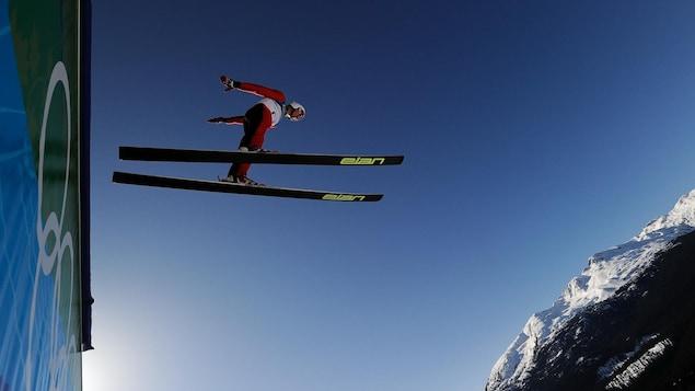Un skieur qui saute à Whistler.