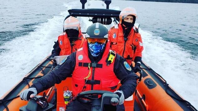 Des membres de la Garde côtière auxiliaire des Premières Nations en mer.