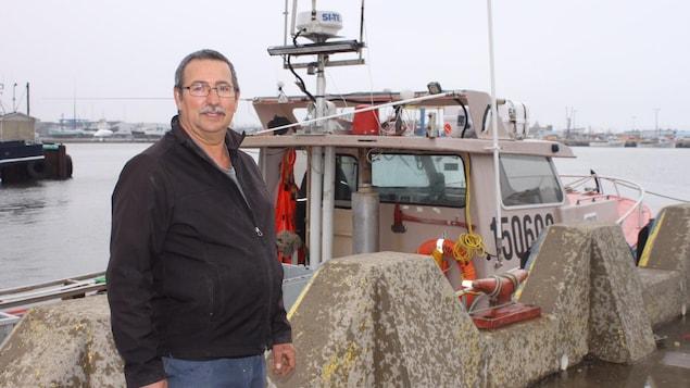 Aldrice Savoie sur le quai devant son bateau