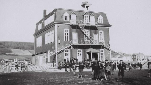 Photo en noir et blanc. Enfants devant un couvent