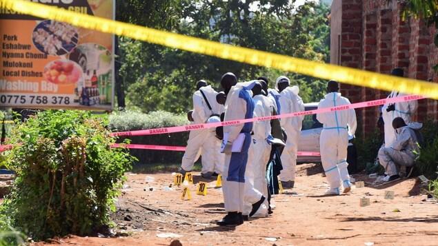 Des experts de la police scientifique sur les lieux d'une explosion.
