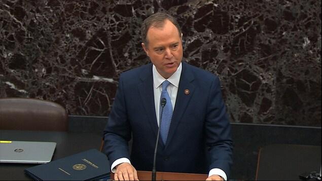 Adam Schiff s'adressant aux sénateurs.