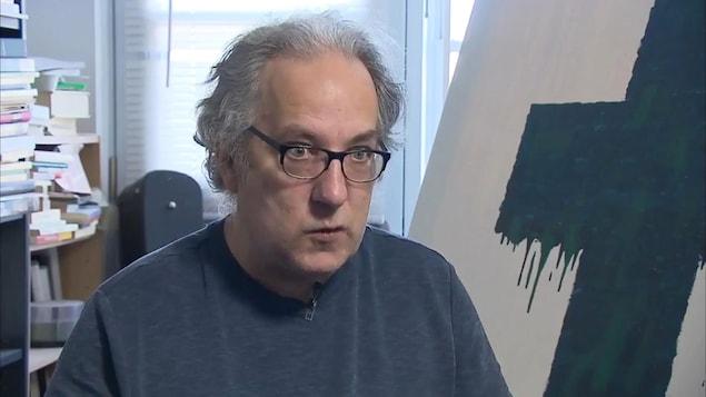 Le sexagénaire Bernard Saulnier est atteint de schizophrénie parle de sa maladie.