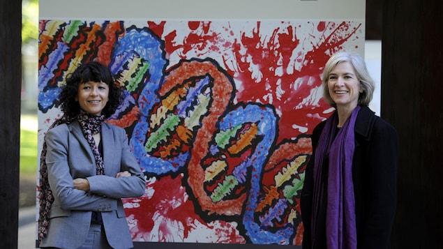 Emmanuelle Charpentier et Jennifer Doudna devant une représentation de l'ADN.