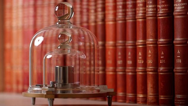 Une réplique du « kilogramme-étalon » conservée sous une double cloche de verre.