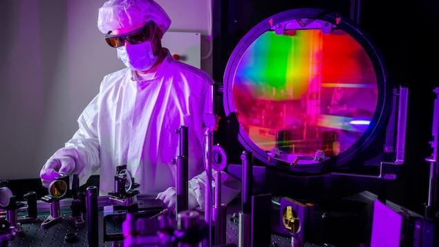 Un scientifique du National Ignition Facility ajute un compresseur à impulsions utilisé lors des expériences utilisant des lasers.