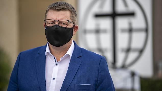 Scott Moe portant le masque lors d'une annonce électorale le 6 octobre.