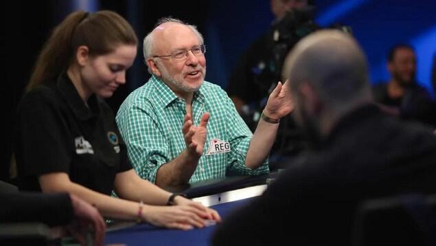 Scott Wellenbach assis à la table durant un tournoi de poker.