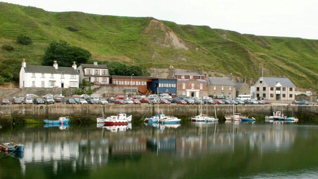 Port et bateaux à Scrabster, en Écosse.