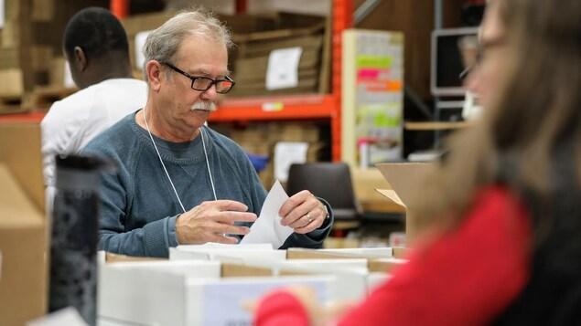 Un homme avec un papier.