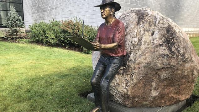 Une statue de bronze, qui représente André Michel.