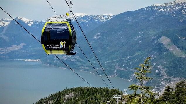 Le téléphérique Sea-to-Sky transporté entre les montagnes de Squamish, au nord de Vancouver.