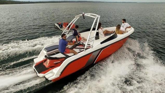 Motomarine dans une embarcation