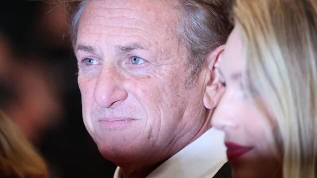 Sean Penn esquisse un demi-sourire.
