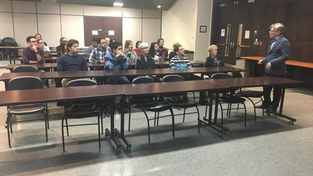 Des étudiants de la faculté de médecine de l'Université de Montréal sont assis dans un auditorium du campus de Trois-Rivières et assistent à une séance de méditation pleine conscience.