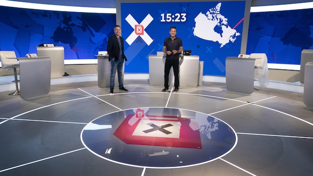 Sébastien Bovet et Patrice Roy sont en répétition sur le plateau où se déroulera la soirée électorale.