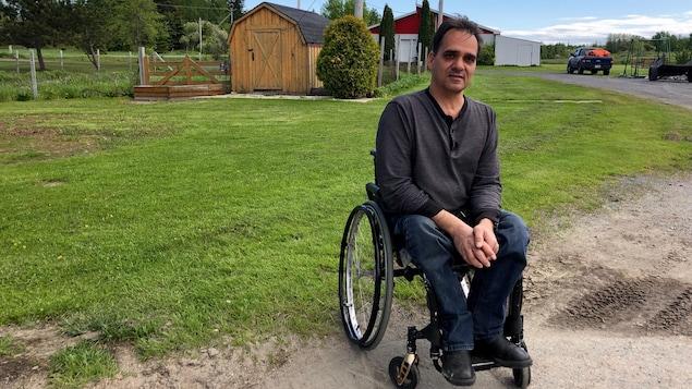 Sébastien Gaudreault dans son fauteuil roulant