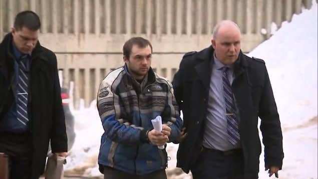 Sébastien Miville, escorté par 2 enquêteurs de la Sûreté du Québec, à son arrivée au Palais de justice de Rivière-du-Loup.